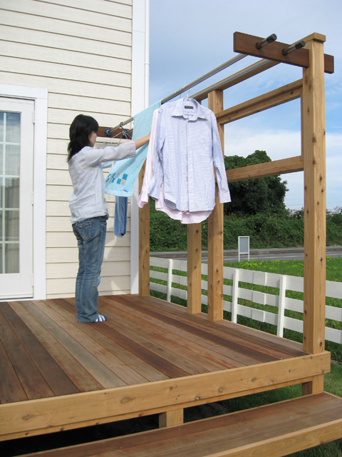 洗濯干しが出来るフェンスやハンガーをつければ、日常生活を快適に!