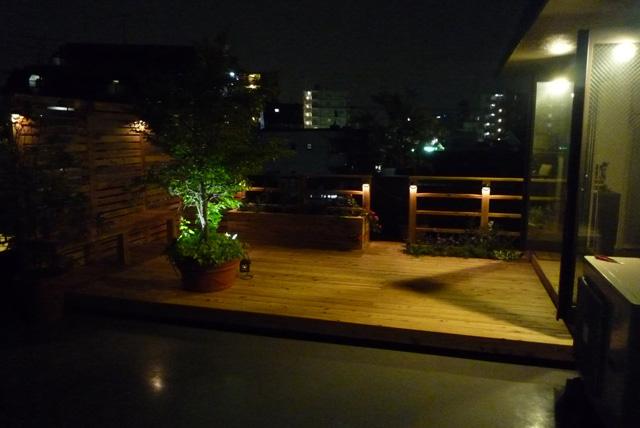 目隠フェンスと植物スペースを作ったデッキ夜もライトアップでうっとり