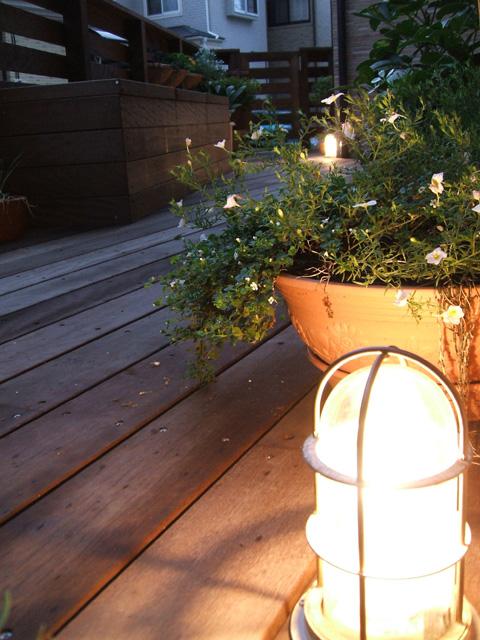 灯りが灯るとフェンスやプランターの陰影にうっとり