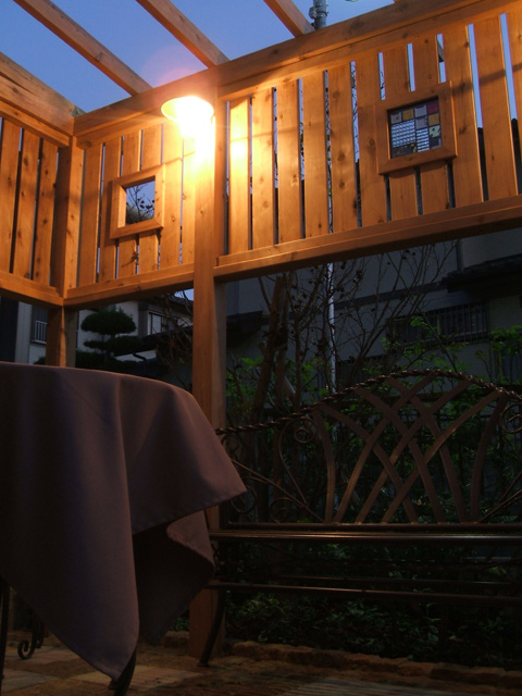 ステンドグラスを埋め込んだフェンスを照らすとガーデンテラスになりました!1
