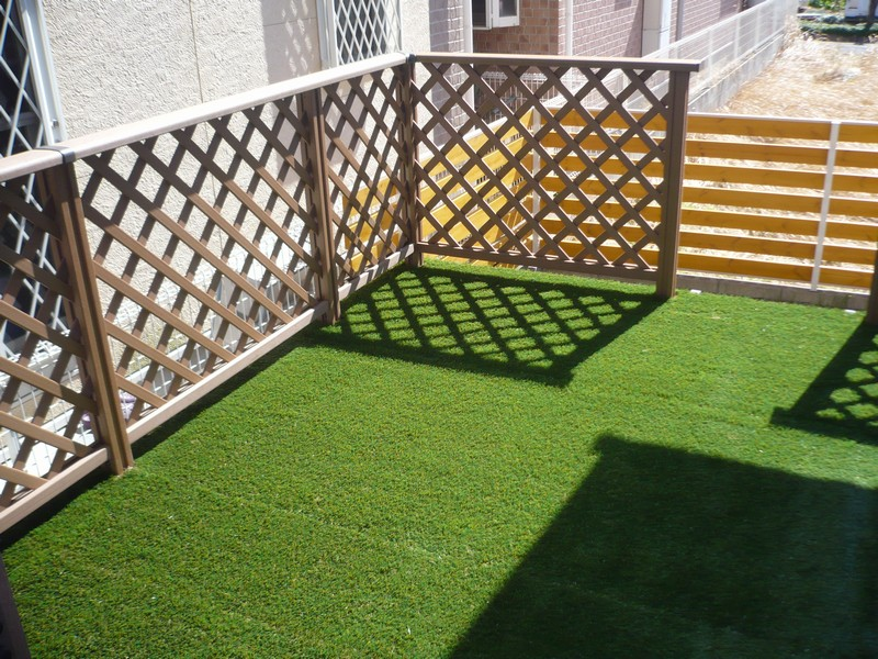 ウッドデッキに使用した景観用の人工芝