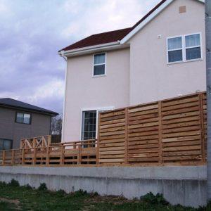 家の外観を決めるサイプレス目隠しフェンス