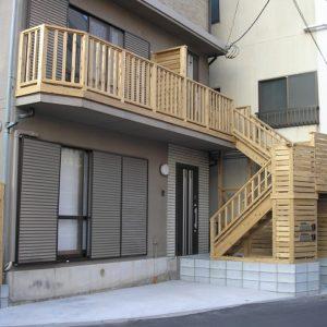 カメさんレリーフの木製階段 二世帯住居リフォーム