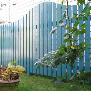 バラのガーデンを彩るグリーンフェンス