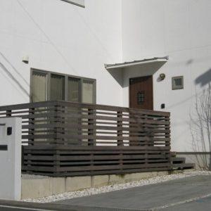 家の表情をつくるイタウバ玄関ウッドデッキ