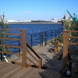 海を眺める休息施設 潮風のウッドデッキ