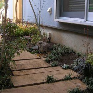 シロアリを寄せ付けない サイプレスの枕木ガーデン