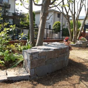 根府川の石積みで 庭を寛ぎの場所に