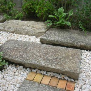 石とレンガの憩いのガーデン