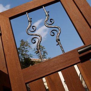 アイアンのシルエットが美しい ウリン門扉