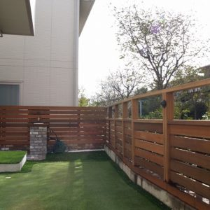 庭いっぱいのパター練習場と 目隠しフェンス