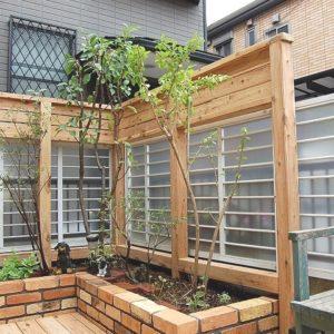 植栽が楽しめる レンガとウッドデッキのガーデン