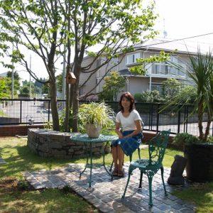 柔らかな石畳テラスと小路の庭 素材再利用のリガーデン
