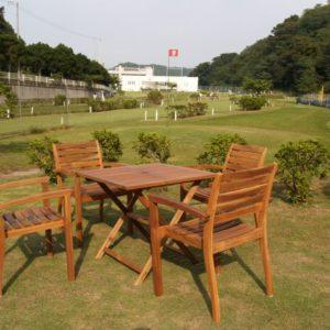 アカシアのチェアーとテーブルで 優雅なリゾート気分のゴルフ場
