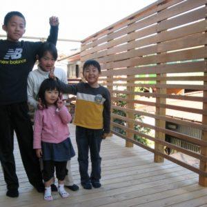 目隠しと採光を考えた 高いフェンスのウッドデッキ – 横浜市旭区 T様邸