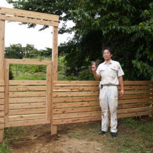 サイプレスの大きな門塀と門扉 プレカットで施工