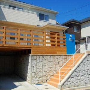 ブルーと白が鮮やかな ウッドデッキのある新築外構 – 横浜市旭区 Ⅰ様邸
