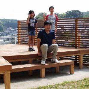 生まれ変わった絶景ウッドデッキ。ひび割れにくいイタウバを採用 – 横須賀市S様