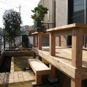 レンガ花壇のガーデンと サイプレス腰掛付きデッキ – 多摩区 T様