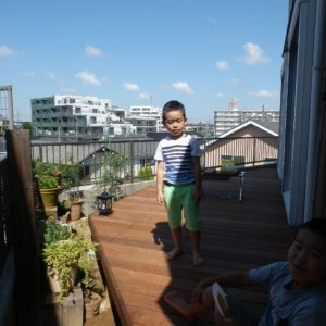 高台にあるお宅のイタウバ・デッキ