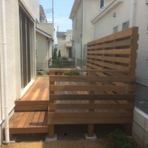 フェンスがありながらも開放感のあるウッドデッキ