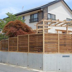 既存の生垣を撤去し、サイプレスとイタウバのウッドフェンスに造り替え