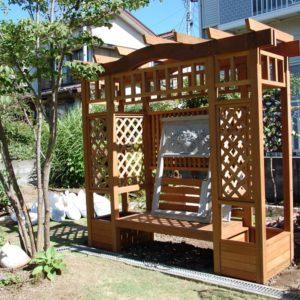 デザインパーゴラとアンティークレンガで、華やかなお庭に