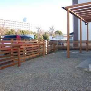 敷地を囲むフェンスとパーゴラでペットと楽しむスペースに