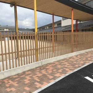 子供たちが素足で歩ける安全な渡り廊下とプライバシーフェンス