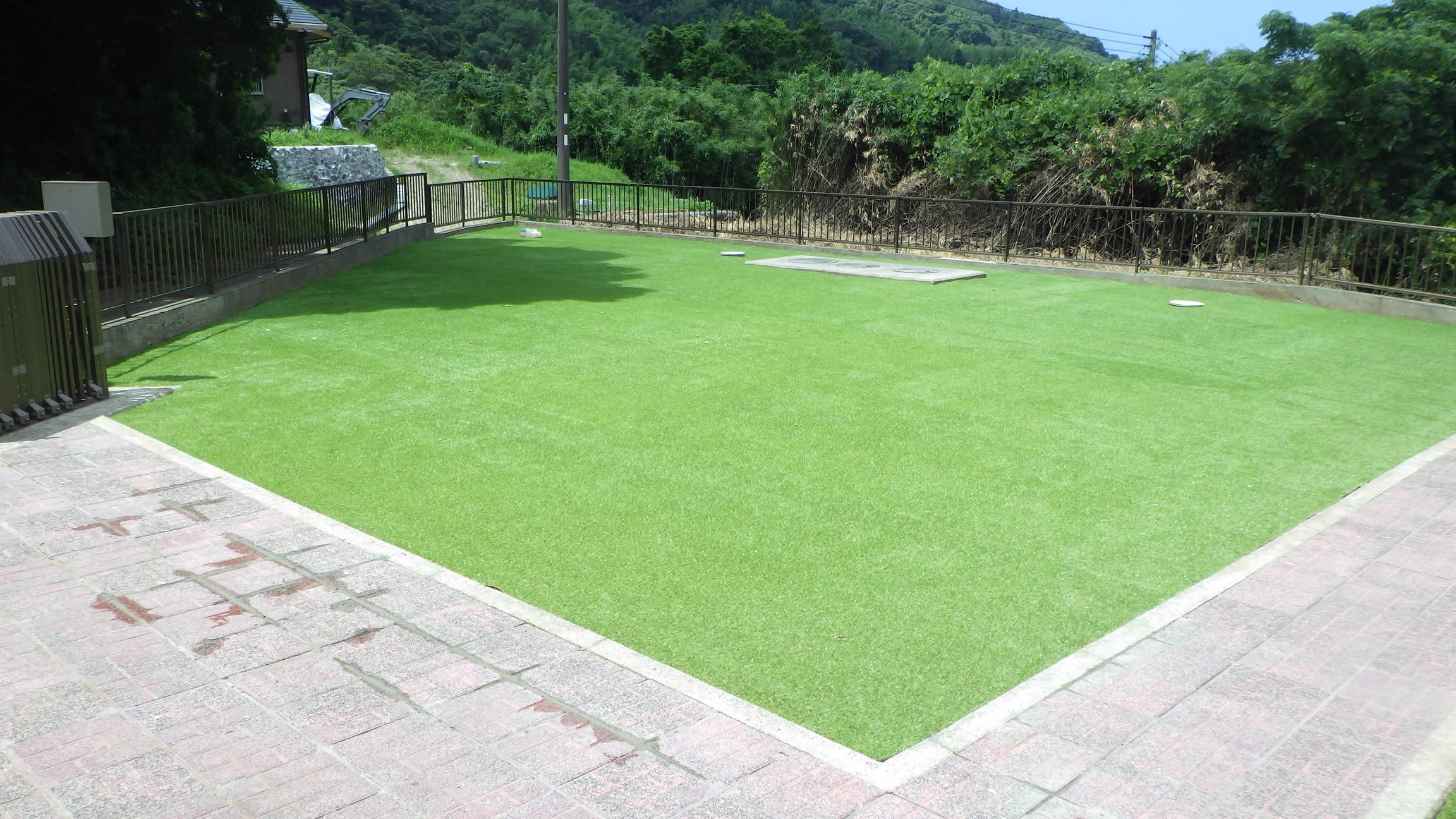 人工芝が映える広い庭