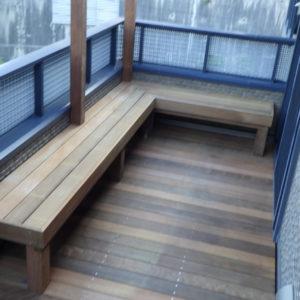 目隠しフェンスとベンチがあるプライベートなベランダデッキ