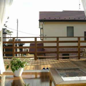 部屋からの眺めが気持ちよい木製バルコニーデッキ