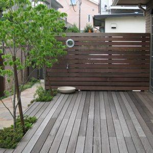 建物を引き立てる 鉄平石とイタウバのお庭