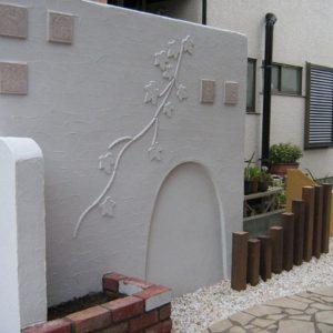 白い塗り壁と玉砂利で明るいお庭になりました
