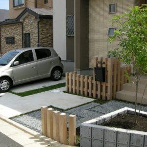縦格子の門塀が楽しい 和みのお庭