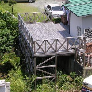 傾斜地の木製バルコニー
