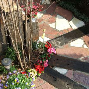 枕木と天然石を使った 自然素材のお庭